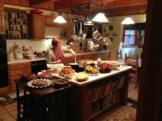 Mountain Harbour Bed and Breakfast: Mary doing her thing in the kitchen!