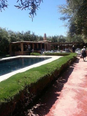 Hotel By Beldi: Piscine et restaurant