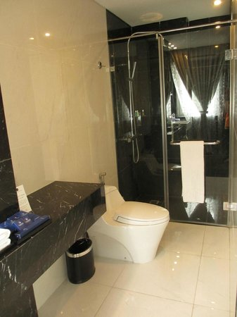 Church Boutique Hotel Hang Gai: Beautiful & spacious toilet
