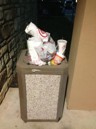 Courtyard San Antonio North/Stone Oak at Legacy: Trash located outside hotel left like this 2 days