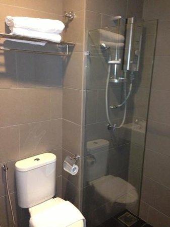 Grid 9 Hotel: shower