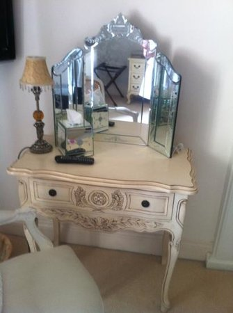 Littlebank Country House: Pretty dressing table