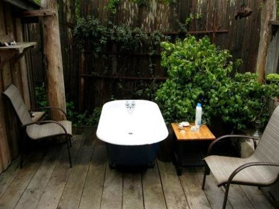 Gold Coast Retreat: Outside Tub