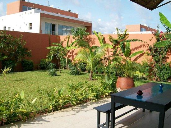 Terrasse et jardin - Picture of Maison Rouge Cotonou ...