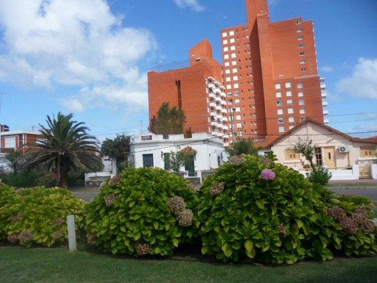 Hosteria Puerto del Ingles: el unico edificio alto de Piriapolis justo frente a la hosteria, una pena