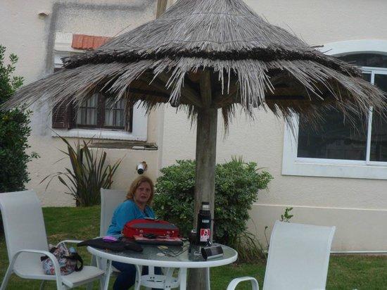 Hosteria Puerto del Ingles: quinchos con mesas en el jardin