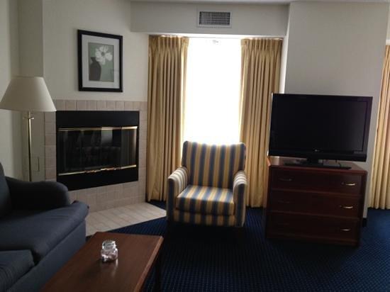Residence Inn Hartford Manchester: living area