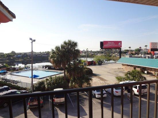 Continental Plaza Hotel: La vista desde la habitacion, a la pileta
