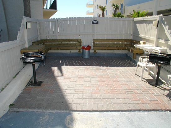 The Palms: Outdoor Grille Area