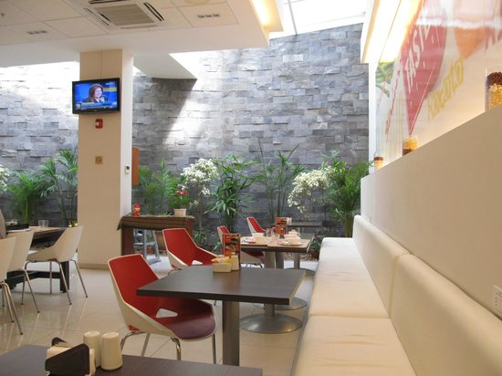 Ibis Larco Miraflores: Nice and bright breakfast area