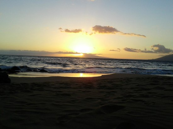 Kihei Kai Nani: Sunset from across the street beach