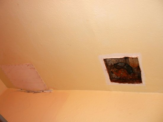 Winslow Inn : Fan in bathroom all corroded and not covered