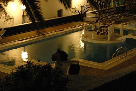 Apartamentos Guacimeta Lanzarote: The pool at night - nice view from room