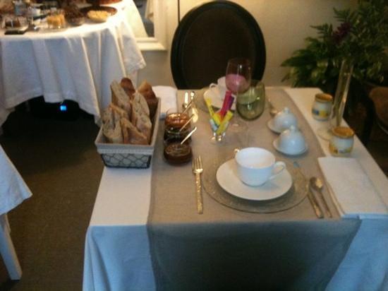 La Maison de Marc : la table pour le petit déjeuner