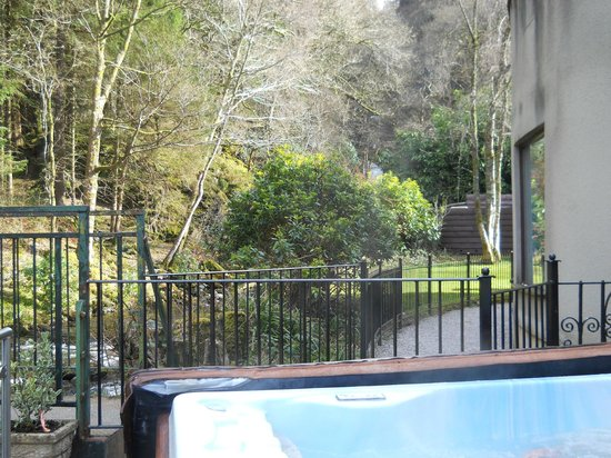 Lodore Falls Hotel: View from the hot tub - the waterfall