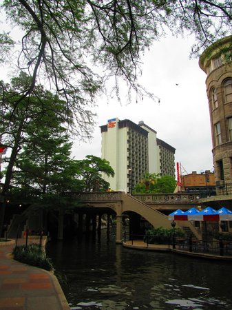 Hilton Palacio del Rio: View of hotel from Riverwalk