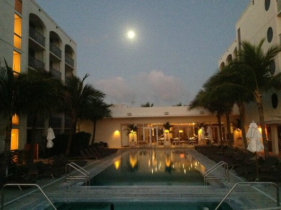 ‪كوستا ديست بيتش ريزورت آند سبا: Full moon rising over the pool‬