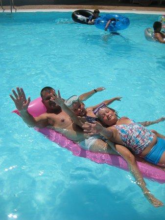 Guinea Apartments: Ruim zwembad voor veel vertier.
