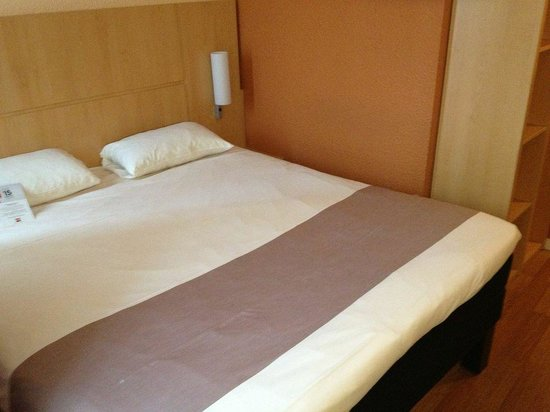 Ibis Cannes Plage La Bocca : The bed barely fits into the tiny room