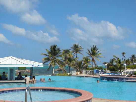 East End, Grand Cayman: Grand Pool with swim up bar
