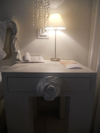 Boscolo Exedra Nice, Autograph Collection: White Flower Drawer Pull