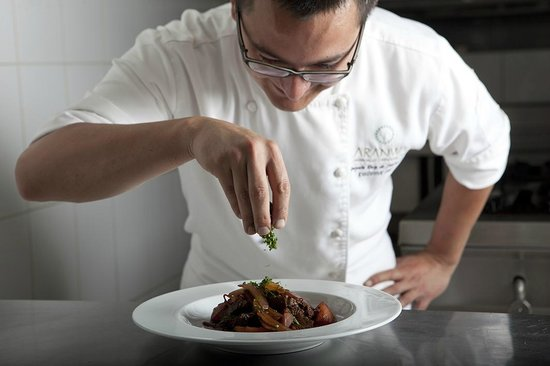Aranwa Cusco Boutique Hotel: Chef Gonzalo and the finishing touches.
