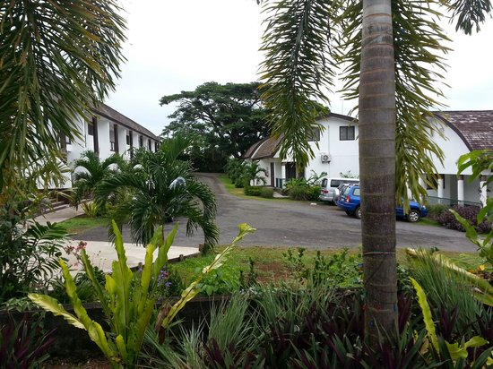Samoa Tradition Resort: Looking down the driveway