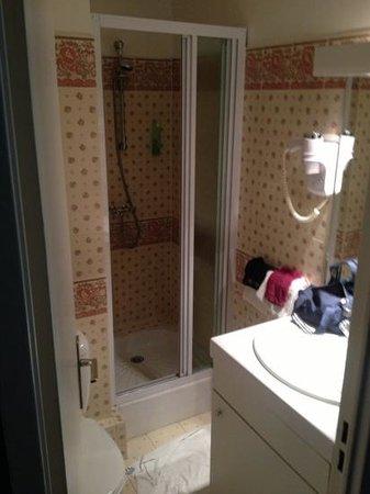 Quality Hotel Abaca Messidor Paris: petite salle de bain