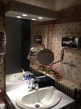 Quality Hotel Abaca Messidor Paris: salle de bain