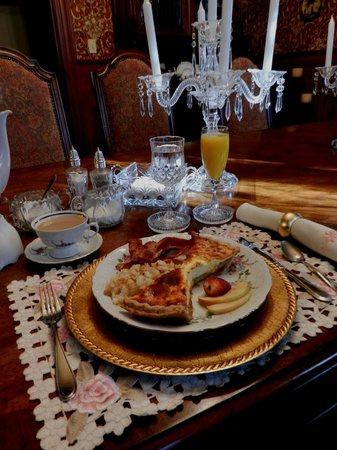 Thomasville Bed and Breakfast: Breakfast served in elegant setting