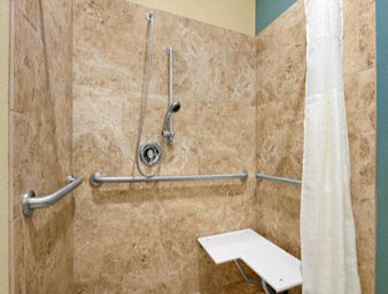 Days Inn Kilgore: Wheelchair Accessible Bathroom