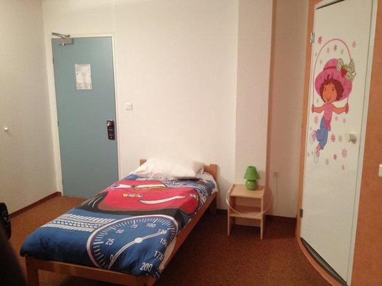 Ibis Avranches Baie du Mont Saint Michel : Une grande chambre famille avec des housses de couettes qui ont ravi les enfants.
