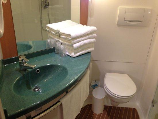 Ibis Avranches Baie du Mont Saint Michel : Vue sur le cabinet de toilette qui dispose d'une grande douche d'angle.