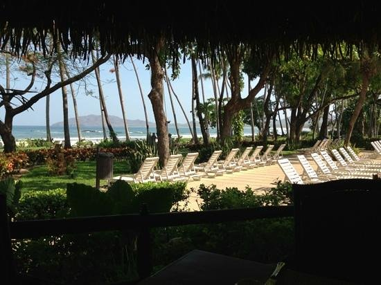 Hotel Tamarindo Diria: View of the beach and pool lounge chairs from the Diria Restaurant! Spectacular!