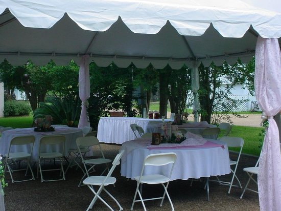Chez des Amis Bed and Breakfast: Wedding Dining in backyard tents