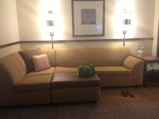 Hyatt Place Charleston Airport and Convention Center : comfy! queen bed underneath