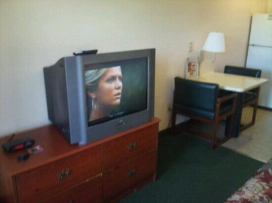 Clearlake Extended Stay Hotel: old television & broken/chipped old dresser