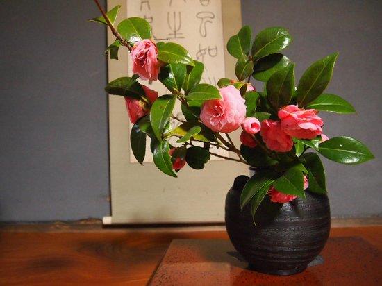 Asahikan: 色々な所に花が飾ってある