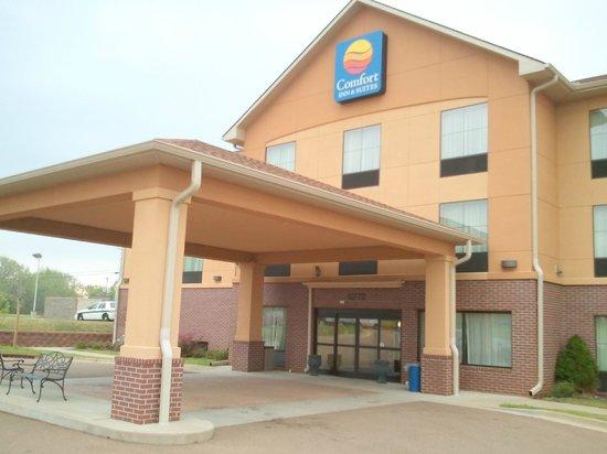 Comfort Inn & Suites: hotel entrance