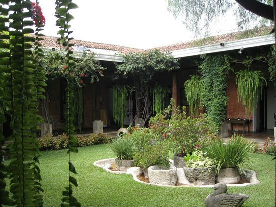 La Casa de los Suenos: central garden