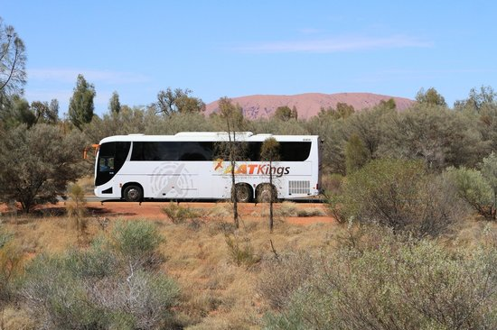 Desert Gardens Hotel, Ayers Rock Resort: ATT Buses offer frequent transport services to Desert Gardens Hotel; Uluru in the distance!