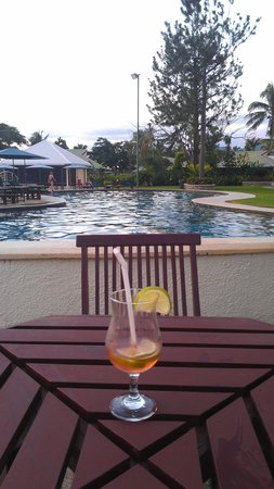 Fiji Gateway Hotel: Cocktails by the pool