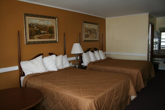 Cherry Lane Motor Inn: New Queen Beds, comforters, and fresly Painted.