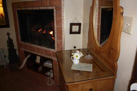 Old Monterey Inn: Fireplace