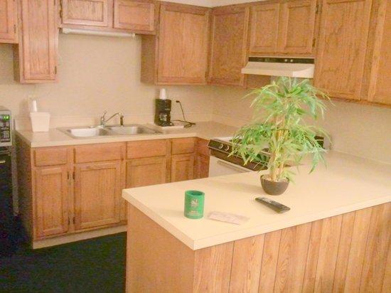 Quality Inn: Kitchen area