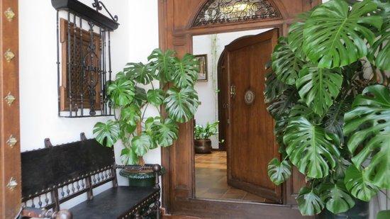 Hotel San Gabriel: Front door
