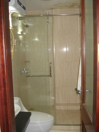 Hanoi Hibiscus Hotel: Dry bathroom with shower