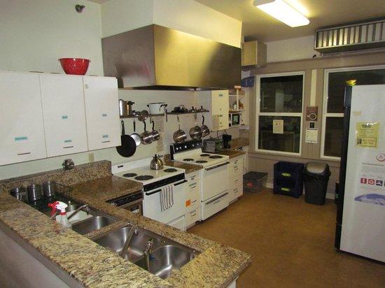 Hostelling International - Northwest Portland Hostel : common kitchen- has everything you need.