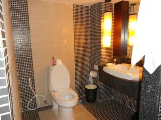 Patong Resort: Toilet & Vanity
