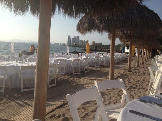 Secrets Vallarta Bay Puerto Vallarta: Buffet on the beach over on the Now Amber side